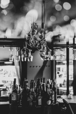 Lampen en wijnglazen