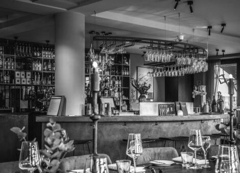 Bar met opgedekte tafel